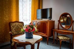 A television and/or entertainment centre at Hotel Polonia