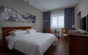 Кровать или кровати в номере Отель Ренессанс Самара
