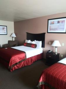 A bed or beds in a room at Baymont by Wyndham Wheeler