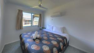 A bed or beds in a room at Lucinda Fishing Lodge