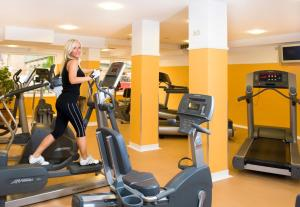 The fitness center and/or fitness facilities at Holiday Beach Budapest Wellness Hotel with Sauna Park