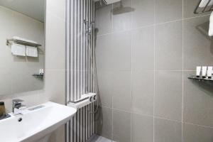 A bathroom at Duzon Business Hotel