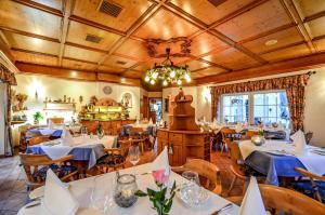 Ein Restaurant oder anderes Speiselokal in der Unterkunft Hotel Landhaus Krombach