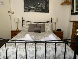 A bed or beds in a room at Capri Guesthouse
