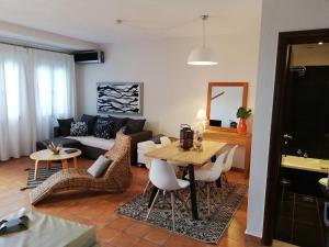 Et sittehjørne på Villa Kallisto2br2bth Villa With Private Pool And Stunning Sea Views