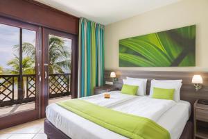 Een bed of bedden in een kamer bij LionsDive Beach Resort