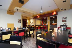 A restaurant or other place to eat at Jugendherberge City-Hostel Köln-Riehl