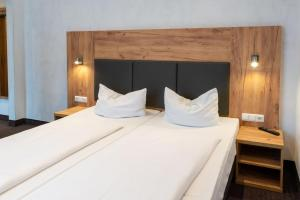 A bed or beds in a room at Hotel Fischertor