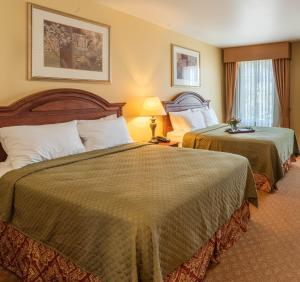 A bed or beds in a room at Natchez Grand Hotel On The River
