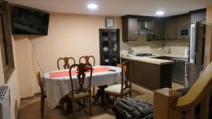 A kitchen or kitchenette at Casa Leo
