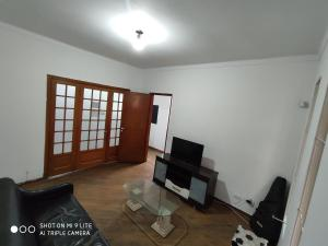 A television and/or entertainment centre at Metrô Hostel SP