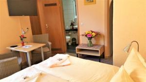Кровать или кровати в номере Hotel-Pension Grüne Linde