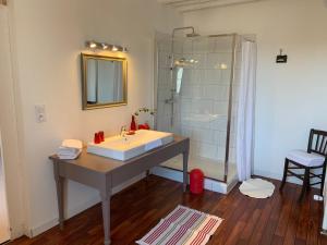 A bathroom at La Colonie - Maison d'Hôtes et Gîtes