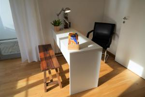 A television and/or entertainment center at Komfortables und ruhiges Airport Apartment in Berlin SXF
