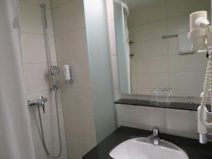 Ein Badezimmer in der Unterkunft Hotel Klausenhof Flüeli