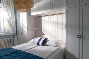 Łóżko lub łóżka w pokoju w obiekcie Apartamenty Latarnia Morska – Sun Seasons 24
