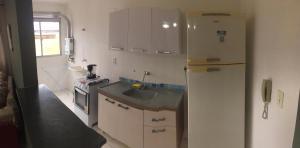 A kitchen or kitchenette at APARTAMENTO COMPLETO JARDIM PRIMAVERA - REDUC 1