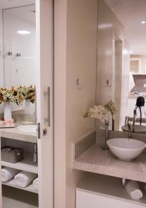 A bathroom at Ondina Apart Hotel - Apto. 537