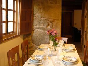 A restaurant or other place to eat at O Caseiro de Riba