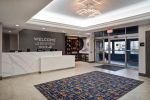 The lobby or reception area at Hampton Inn NY-JFK