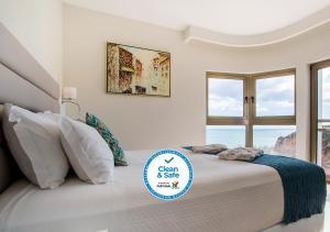 Кровать или кровати в номере Carvi Beach Hotel
