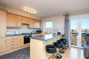 A kitchen or kitchenette at Belfast Penthouse & Apartments by Ultra Urban