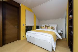 A bed or beds in a room at EMPIRENT Grand Central Apartments