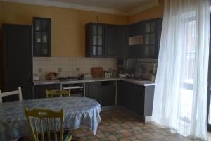 Кухня или мини-кухня в Rent House