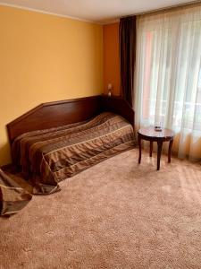 A bed or beds in a room at Hotel Elena