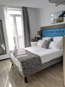 A bed or beds in a room at Hôtel Carré Vieux Port