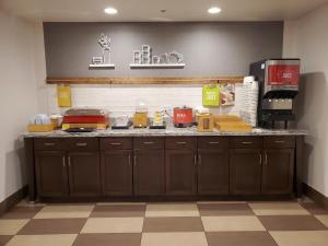 A kitchen or kitchenette at Hampton Inn Seattle/Everett Downtown