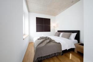 A bed or beds in a room at Nest Temporary AG - Apartments an der Kanzleistrasse