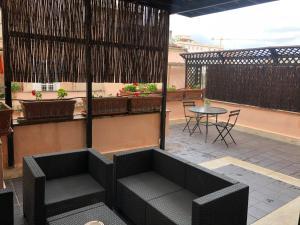 A balcony or terrace at H ton 10 appartamento con terrazza