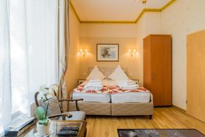A bed or beds in a room at Pension Parlamento