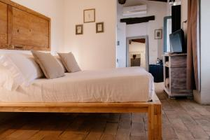 A bed or beds in a room at Locanda in Tuscany