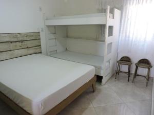 Uma ou mais camas em beliche em um quarto em Apartamentos Vilalba