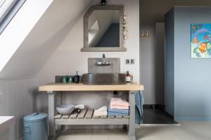 A kitchen or kitchenette at B&B Stil de Tijd
