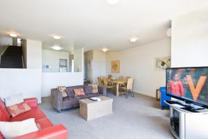 A seating area at Lornebeach Apartments