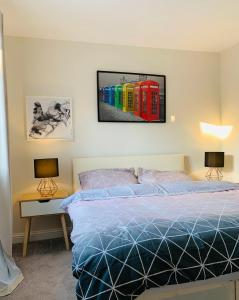 A bed or beds in a room at Cove, Dorlahomes, Spacious 3 Bed House with Garden, Free Parking, Sittingbourne City Centre