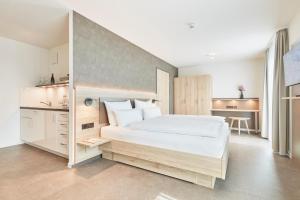 A bed or beds in a room at Gästehaus Bauer - Schlafen auf dem Weingut