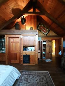 A kitchen or kitchenette at Cherokee Mountain log Cabins