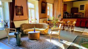 A seating area at Gasthof Burg Hausen