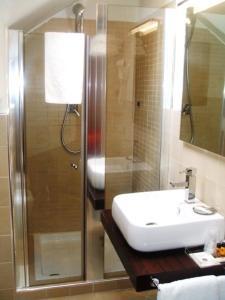 A bathroom at iH Hotels Firenze Select