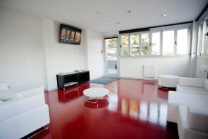 A seating area at BBK Bilbao Good Hostel