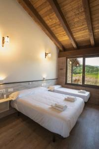 A bed or beds in a room at Hostal Rural Casa Nahia