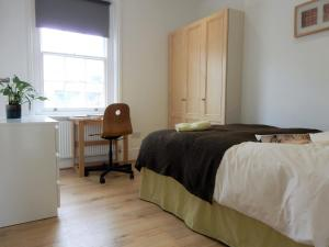 A bed or beds in a room at Double Room, Chatham Dockyard
