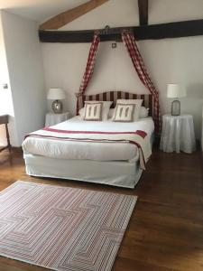 A bed or beds in a room at Maison Amestoia