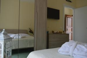 A television and/or entertainment centre at Hotel Terme Alexander