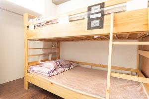 Tempat tidur susun dalam kamar di OYO Hotel Hikari House