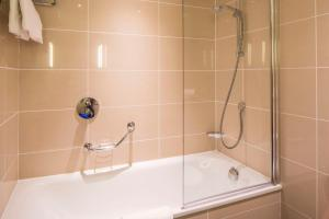 A bathroom at Courtyard by Marriott London Gatwick Airport